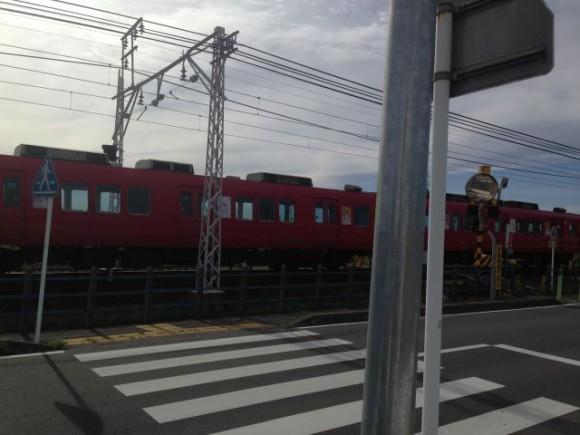 赤いボデーの名鉄電車
