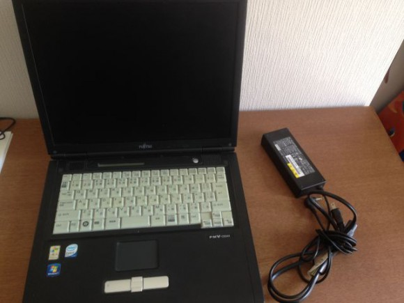 とても古い富士通のノートパソコン