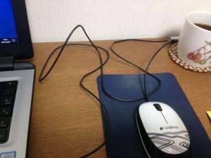 ダイソーのコードリールで、机の上でグネグネと邪魔なマウスのコードがスッキリ!